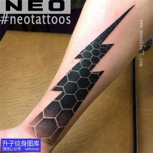 手臂内侧闪电和几何镂空纹身图案