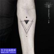 手臂内侧几何图形三角形纹身