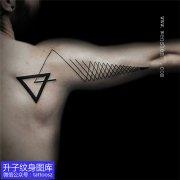 男性肩膀手臂几何形三角型与线条纹身图案
