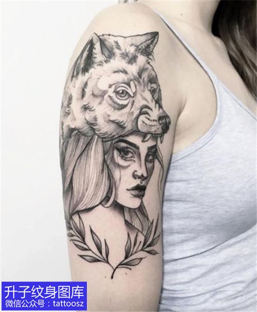 重庆大臂外侧狼头与美女纹身图案