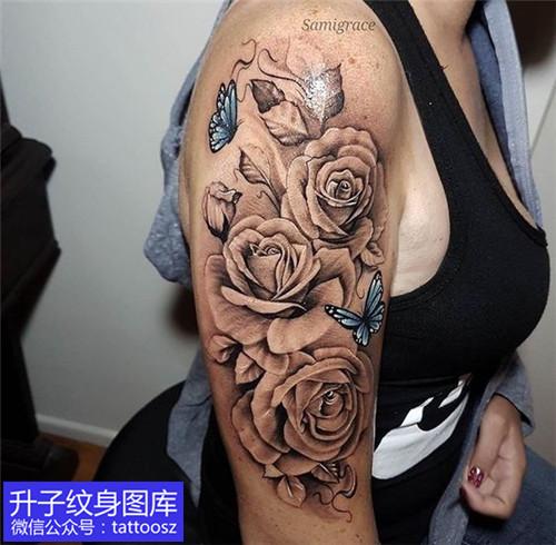 美女大臂外侧欧美黑灰玫瑰花蝴蝶纹身图案大全