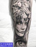 手臂黑灰写实狮子美女与眼睛纹身图案大全