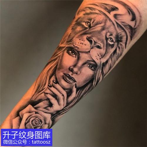 手臂黑灰欧美写实老虎美女玫瑰花纹身图案