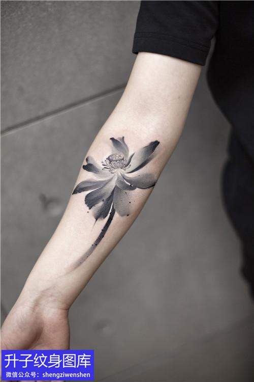 手臂内侧中国风格荷花纹身图案