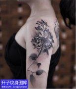 女性肩膀水墨风格植物花纹身