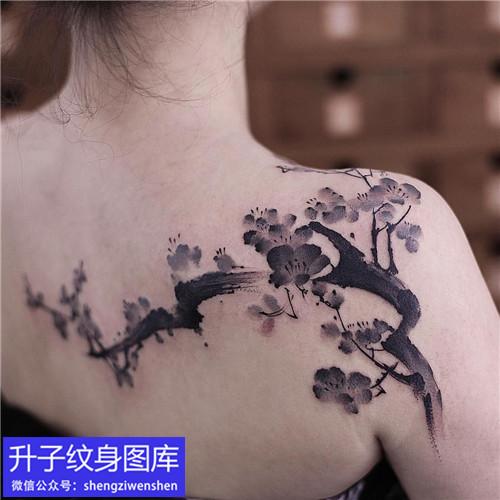 肩膀纹身 小姐姐肩膀水墨梅花纹身图案