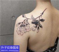 美女肩膀水墨植物花纹身图案