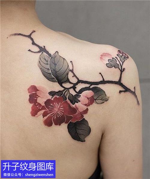 美女肩膀彩色水墨花纹身图案