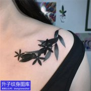 女性锁骨树叶纹身图案