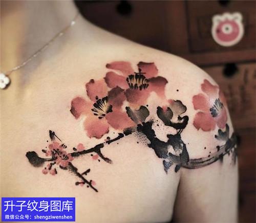 女性胸口锁骨彩色梅花纹身图案