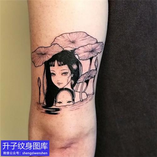 手臂后侧小女生与荷叶纹身图案