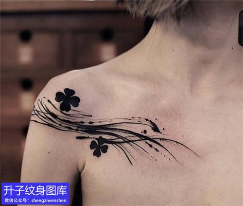 女生锁骨涂鸦四叶草纹身图案