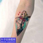 手臂内侧棒球女孩纹身图案