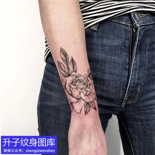 手臂玫瑰花纹身图案