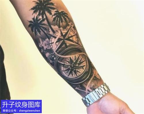 手臂内侧指南针椰树纹身图案