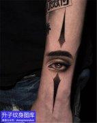 手臂眼睛纹身图案