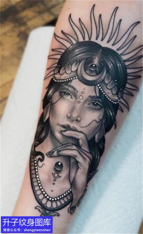 手臂内侧美女头像纹身