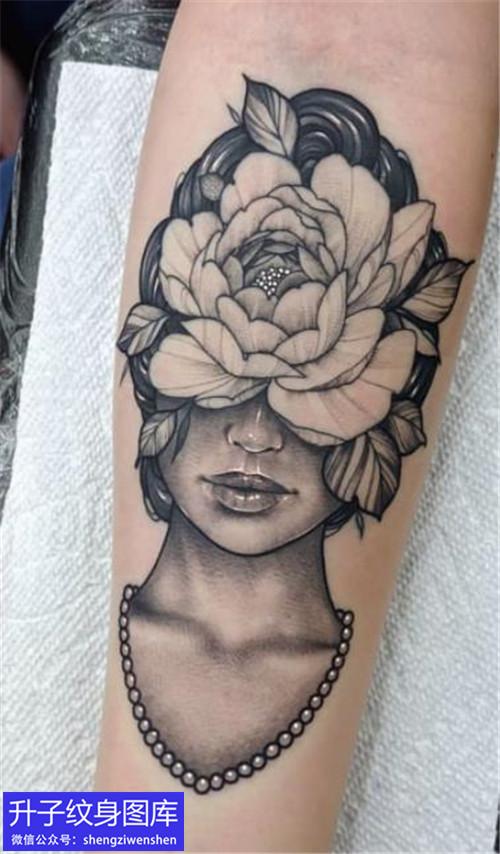 手臂内侧美女头像与玫瑰花纹身