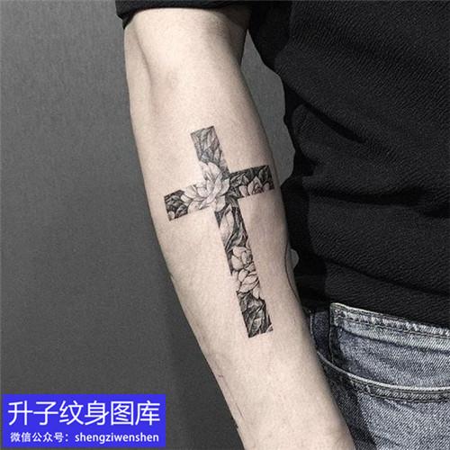 手臂外侧黑灰十字架花纹身图案