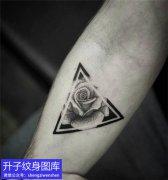 手臂点刺三角形与玫瑰花纹身图案