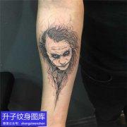 手臂内侧小丑纹身图案