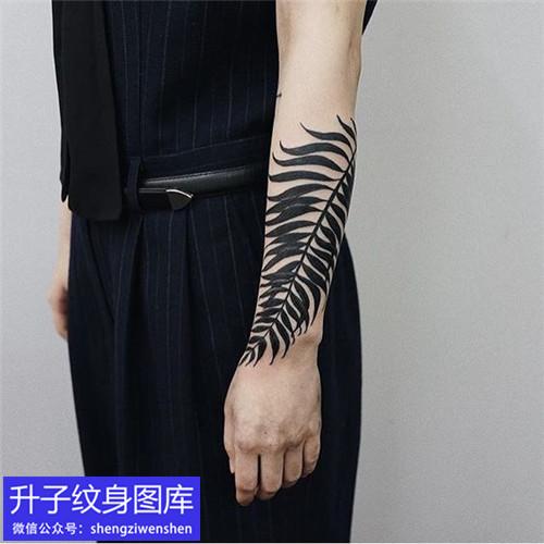 手臂内侧树叶纹身图案