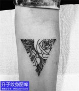 手臂内侧玫瑰花纹身