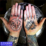 手掌心月亮柴火纹身图案