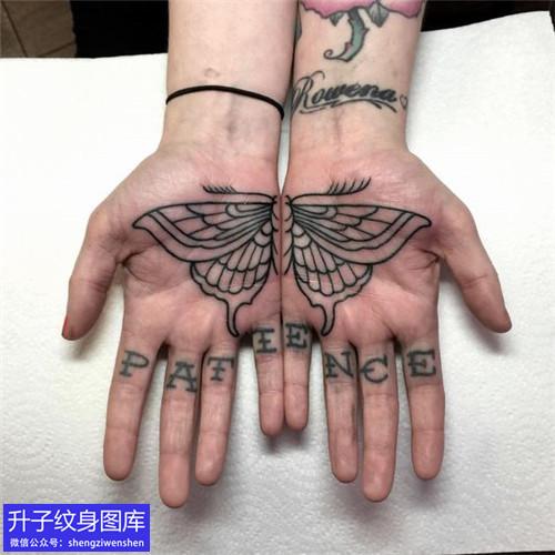 手掌心蝴蝶纹身图案