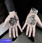 手掌心玫瑰花与猫头纹身图案