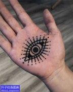 手掌心眼睛纹身图案
