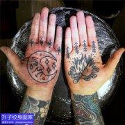 手掌心月亮与柴火纹身图案