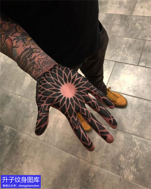 手掌花纹身图案