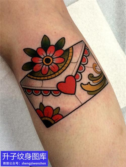 小腿信封樱花纹身图案