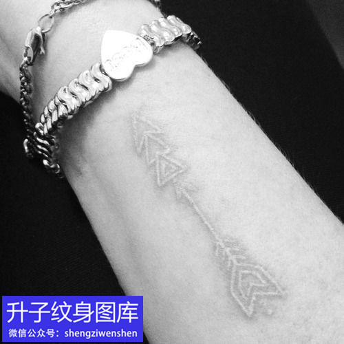 手腕内侧白色弓箭纹身图案