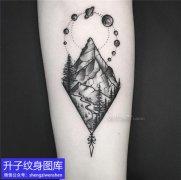 手臂黑灰点刺菱形风景纹身图案