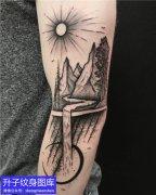 手臂中间的风景山石水流太阳纹身图案