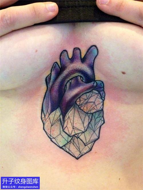 美女胸下中间彩色心脏纹身图案