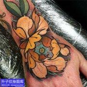 手背彩色牡丹花纹身图案