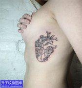 美女胸侧小心脏纹身图案