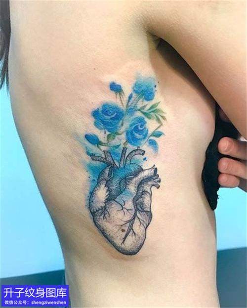美女胸侧彩色泼墨心脏纹身