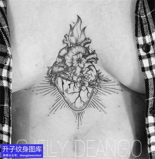 美女胸部中间心脏纹身图案