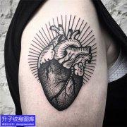 大臂外侧心脏纹身