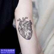 手臂上的黑白心脏纹身