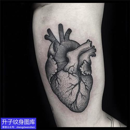大臂内侧黑灰心脏纹身