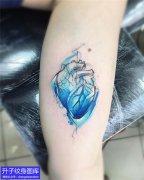 大臂内侧彩色心脏纹身