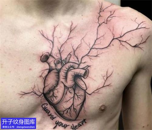 男性胸口心脏树纹身