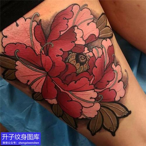 腿上彩色牡丹花纹身图片