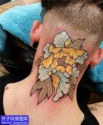 后脖子的精致彩色牡丹花纹身图案