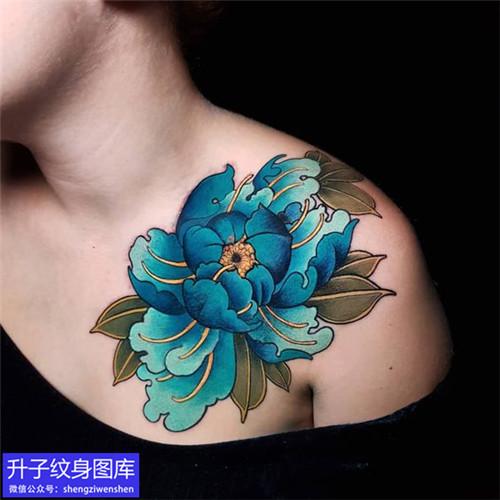 美女胸口牡丹花纹身图案